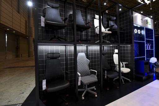 画像集#002のサムネイル/[TGS 2021]家具メーカーのIKEAがゲーマー向け家具を展示。新製品の電動昇降機能付きデスクや,落ち着いたデザインのチェアも