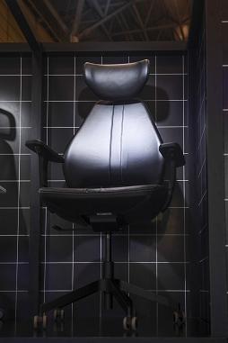 画像集#010のサムネイル/[TGS 2021]家具メーカーのIKEAがゲーマー向け家具を展示。新製品の電動昇降機能付きデスクや,落ち着いたデザインのチェアも