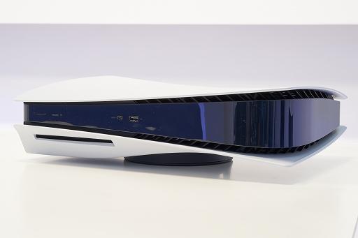 Bộ sưu tập hình ảnh # 003 thumbnail / 8K View với thiết bị chính PlayStation 5 và Dual Sense.  Phần thân chính có độ yên tĩnh tuyệt vời và bàn điều khiển trò chơi mới và thiết thực