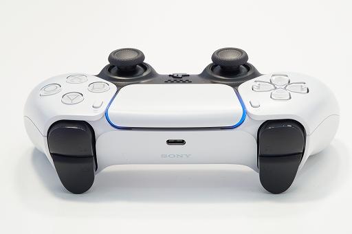 Bộ sưu tập hình ảnh # 006 thumbnail / 8K View với thiết bị chính PlayStation 5 và Dual Sense.  Phần thân chính có độ yên tĩnh tuyệt vời và bàn điều khiển trò chơi mới và thiết thực