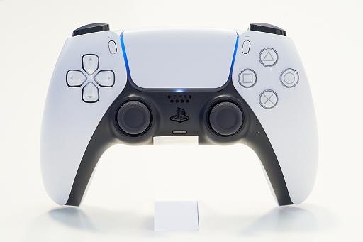 Bộ sưu tập hình ảnh # 012 thumbnail / 8K View với thiết bị chính PlayStation 5 và Dual Sense.  Phần thân chính có độ yên tĩnh tuyệt vời và bàn điều khiển trò chơi mới và thiết thực