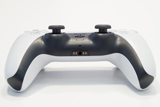 Bộ sưu tập hình ảnh # 013 thumbnail / 8K View với thiết bị chính PlayStation 5 và Dual Sense.  Phần thân chính có độ yên tĩnh tuyệt vời và bàn điều khiển trò chơi mới và thiết thực