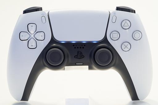Bộ sưu tập hình ảnh # 016 thumbnail / 8K View với thiết bị chính PlayStation 5 và Dual Sense.  Phần thân chính có độ yên tĩnh tuyệt vời và bàn điều khiển trò chơi mới và thiết thực