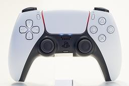 Bộ sưu tập hình ảnh # 018 thumbnail / 8K View với thiết bị chính PlayStation 5 và Dual Sense.  Phần thân chính có độ yên tĩnh tuyệt vời và bàn điều khiển trò chơi mới và thiết thực